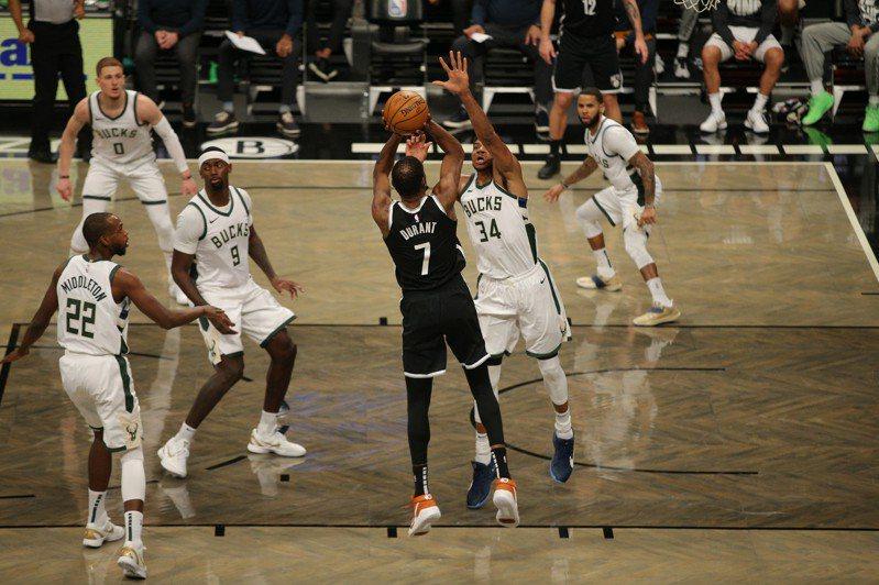 杜蘭特在剩下36.3秒轟進石破天驚的逆轉三分球,帶領籃網在驚濤駭浪中以125比123擊退公鹿,贏得4連勝。 路透社