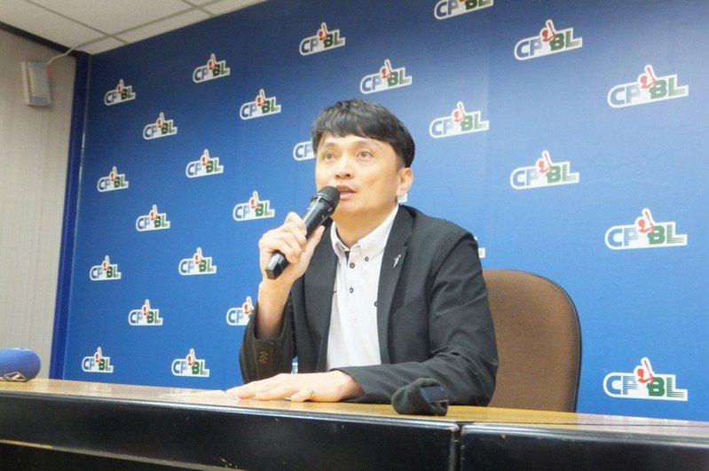 中華職棒聯盟新會長蔡其昌今天上任,吳志揚結束2年任期,擔任秘書長近4年的馮勝賢也宣布跟著卸任。 聯合報系資料照