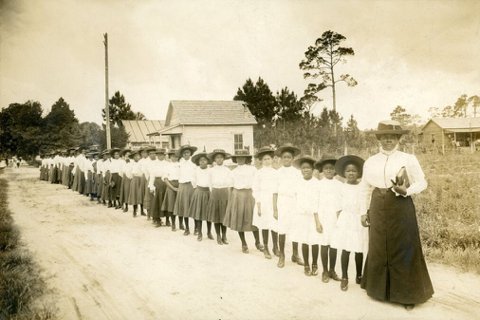 瑪莉‧貝舒和黑人女學生。她全心投入黑人教育,認為改善黑人女孩的教育水平,才能突破...