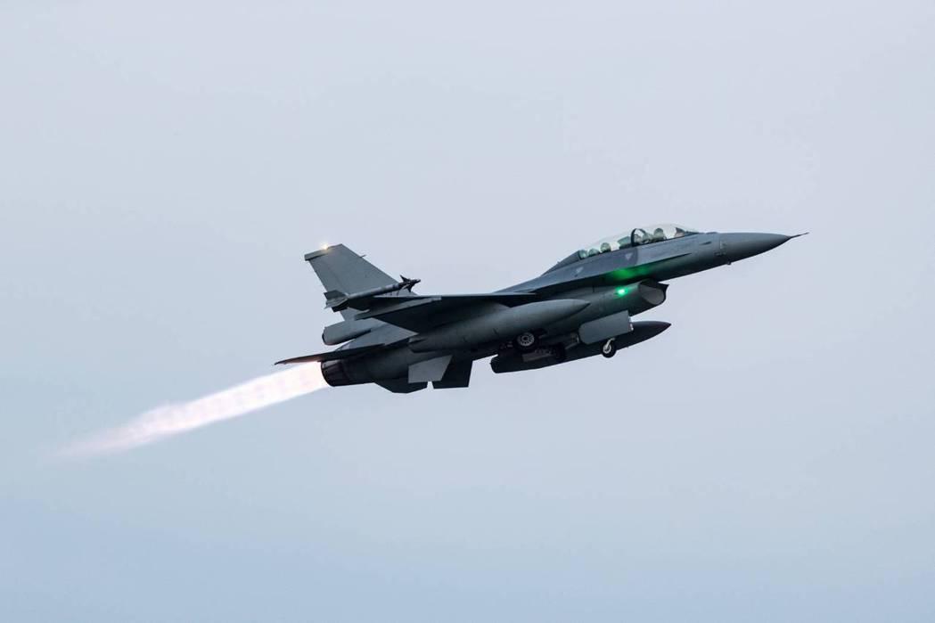 我空軍F-16V戰機緊急升空。 圖/軍聞社