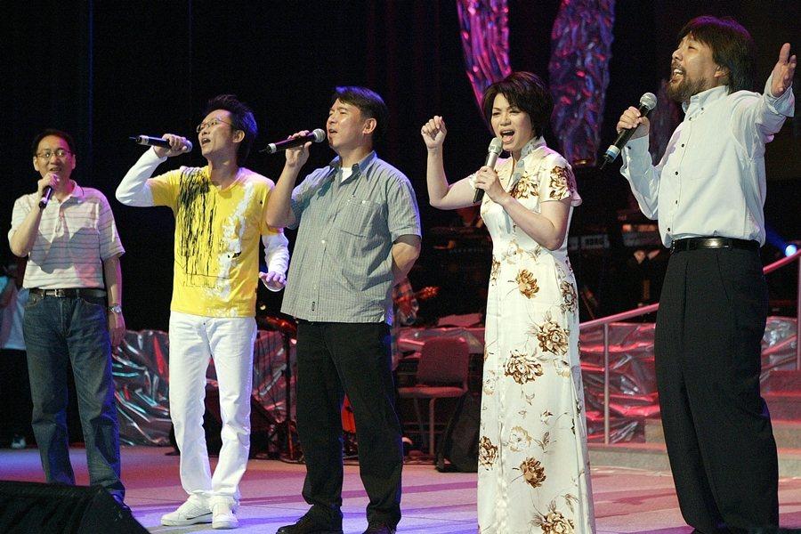 左起靳鐵章、蘇來、李建復、蔡琴和李壽全,攝於2005年,「一千個春天」演唱會。 圖/聯合報系資料照
