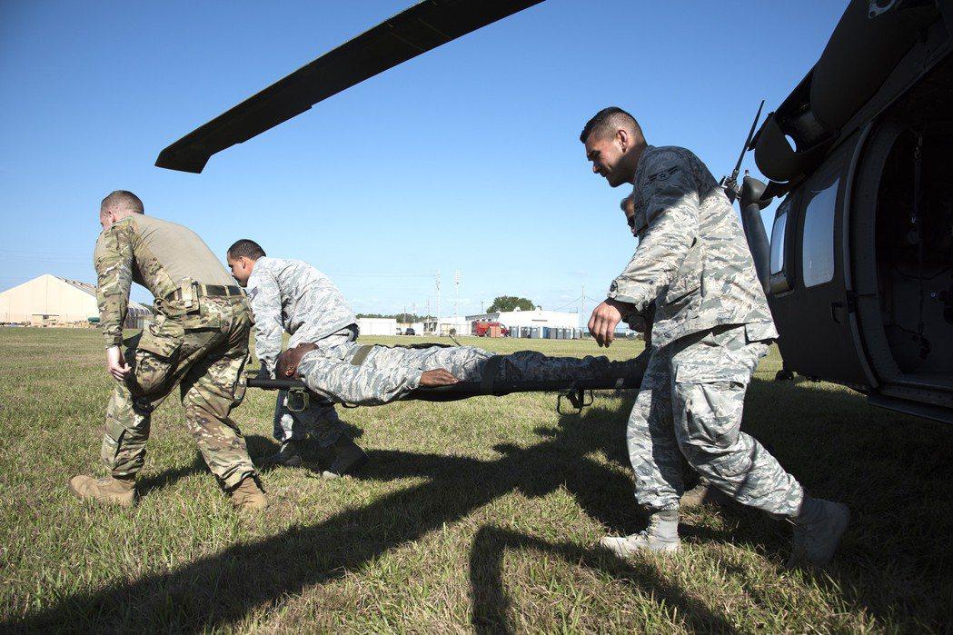 美軍將外科醫師從戰鬥支援醫院向前派遣,以手術小組的編制送往更接近第一線部隊的位置,再以專用醫療載具加以後送。 圖/美軍檔案照