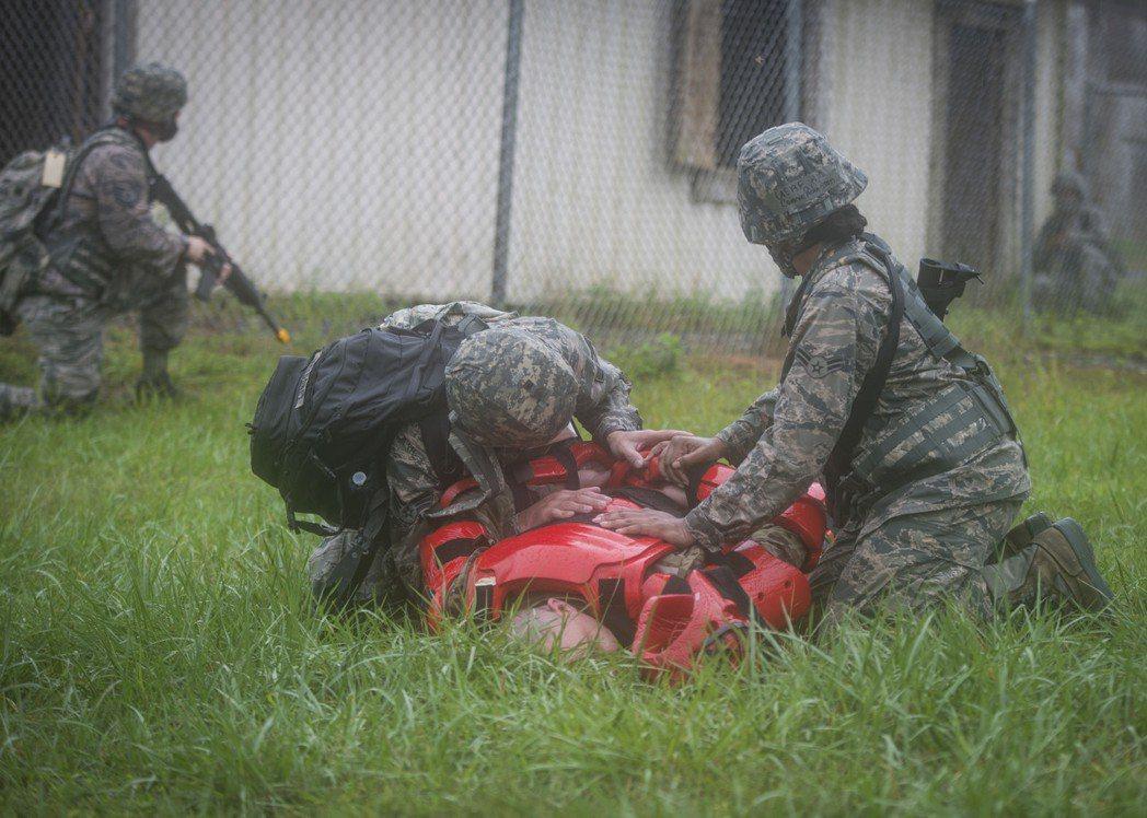 美軍進行戰傷救護訓練。 圖/美軍檔案照
