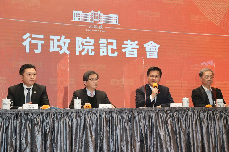 新竹市長林智堅(左起)、行政院秘書長李孟諺、交通部長林佳龍、衛福部次長薛瑞元今(19日)下午一起出席行政院記者會,宣布台灣燈會停辦。記者蘇健忠/攝影