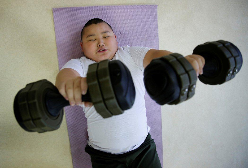相撲不僅是比重量噸位,各種平衡感、爆發力與身體柔軟度的訓練,也都是重要的實力。但...
