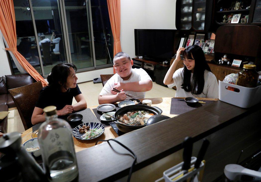 和媽媽、姐姐一起共進晚餐,但一人要吃一大鍋火鍋的毬太。 圖/路透社