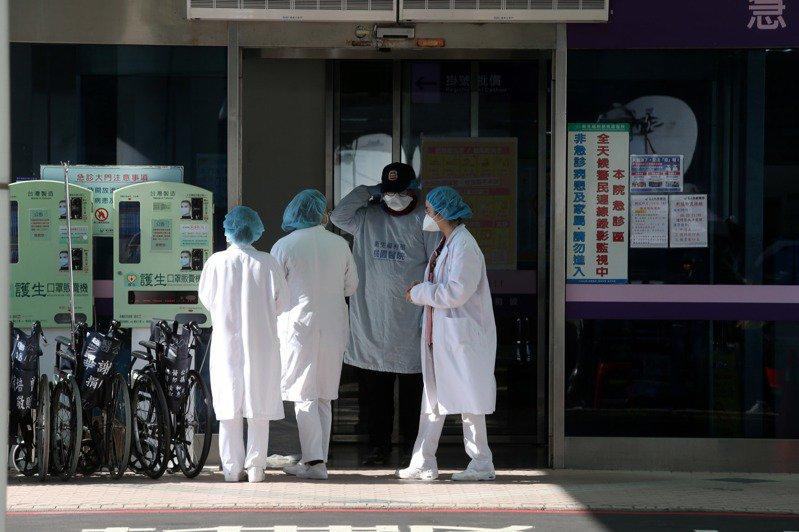 部立桃園醫院群聚感染,指揮中心派人進駐醫院成立前進指揮所,19日上午醫院仍有門診和急診病人進出,院方在門口及候診區的護理人員全副武裝,謹慎應對。記者邱德祥/攝影