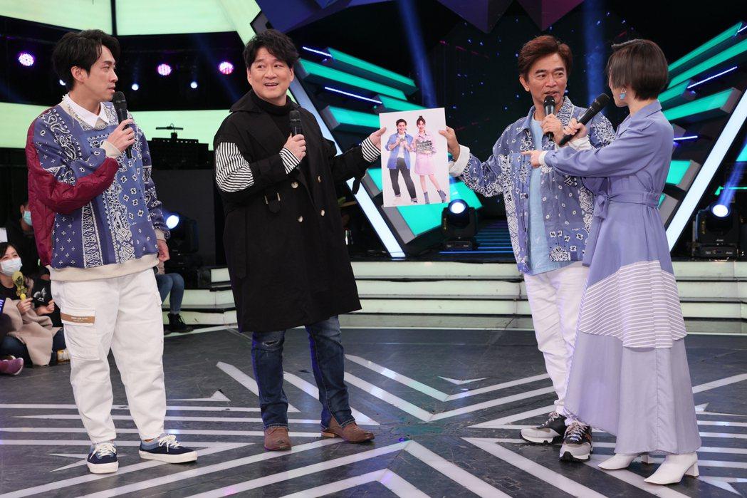 國民歌王周華健(左二)為了宣傳5月的北高兩地演唱會,上綜藝節目「綜藝大熱門」宣傳...