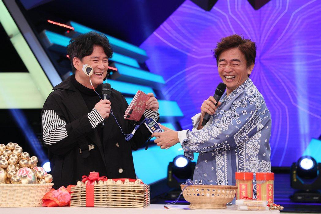 周華健(左)為了宣傳5月的北高兩地演唱會,今天上綜藝節目「綜藝大熱門」宣傳,而吳...