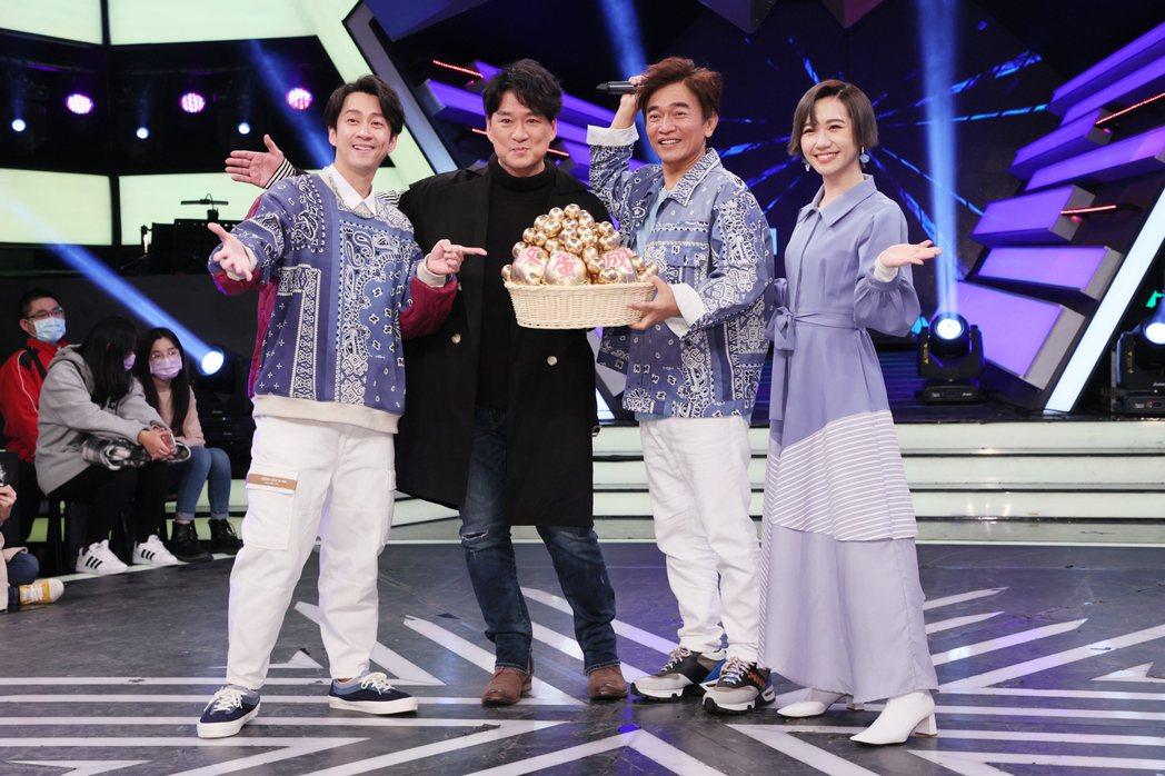 國民歌王周華健(左二)為了宣傳5月的北高兩地演唱會,今天上綜藝節目「綜藝大熱門」