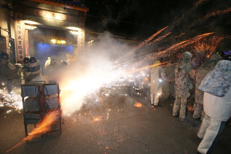 疫情嚴峻,台南市長黃偉哲今晚緊急宣布取消鹽水蜂炮。圖為去年台南鹽水蜂炮場面。聯合報系資料照/記者劉學聖攝影