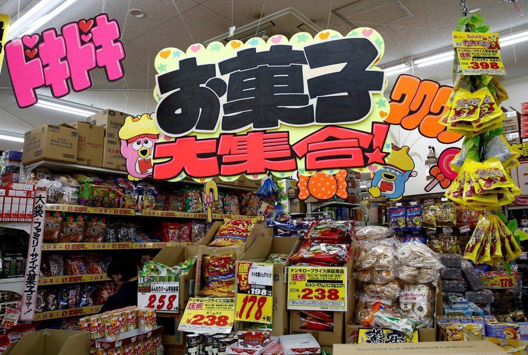 日本唐吉訶德店內POP手寫海報。 圖/路透社