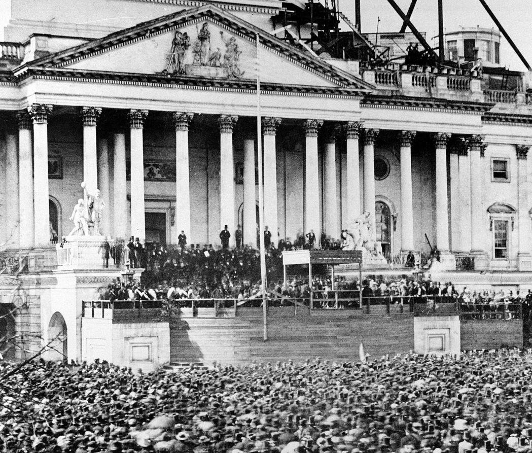 圖為1861年3月,美國內戰開始前,總統林肯站在國會大廈台階上演講。  圖/美聯...