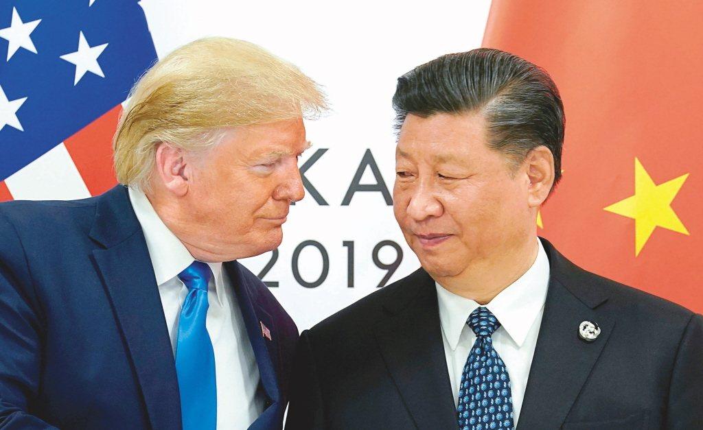 美國前總統川普(左)與中共國家主席習近平(右)於2019年在大阪G20峰會上會面...