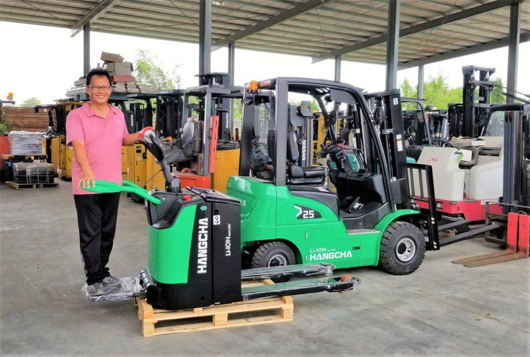 日日興貿易總經理王士豪展示杭叉集團鋰電電動省力倉儲物流電動搬運車。莊智強/攝影