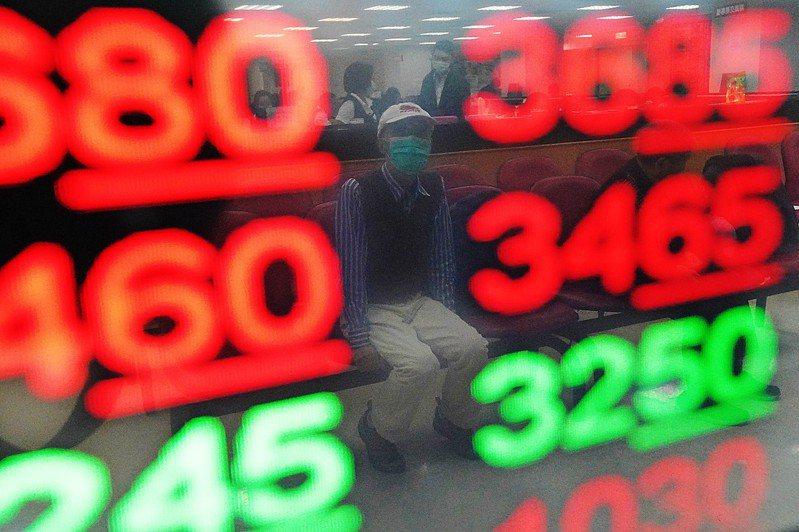台積電股價再創歷史新高,帶動台股開高走高,指數終場收在15877.37點,大漲265.37點,成交值新台幣3168.63億元。投資人緊盯證券行內的電視牆。中央社
