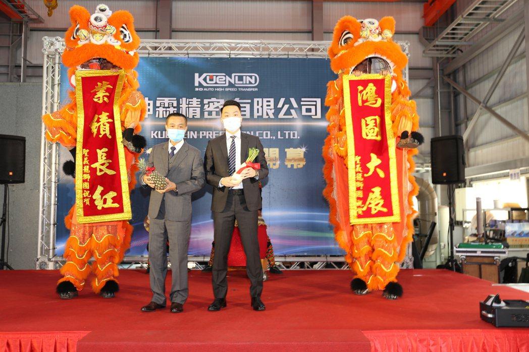 祥獅獻瑞坤霖精密公司總經理紀明華(左)、副總經理紀凱暉父子合影。 黃奇鐘/攝影