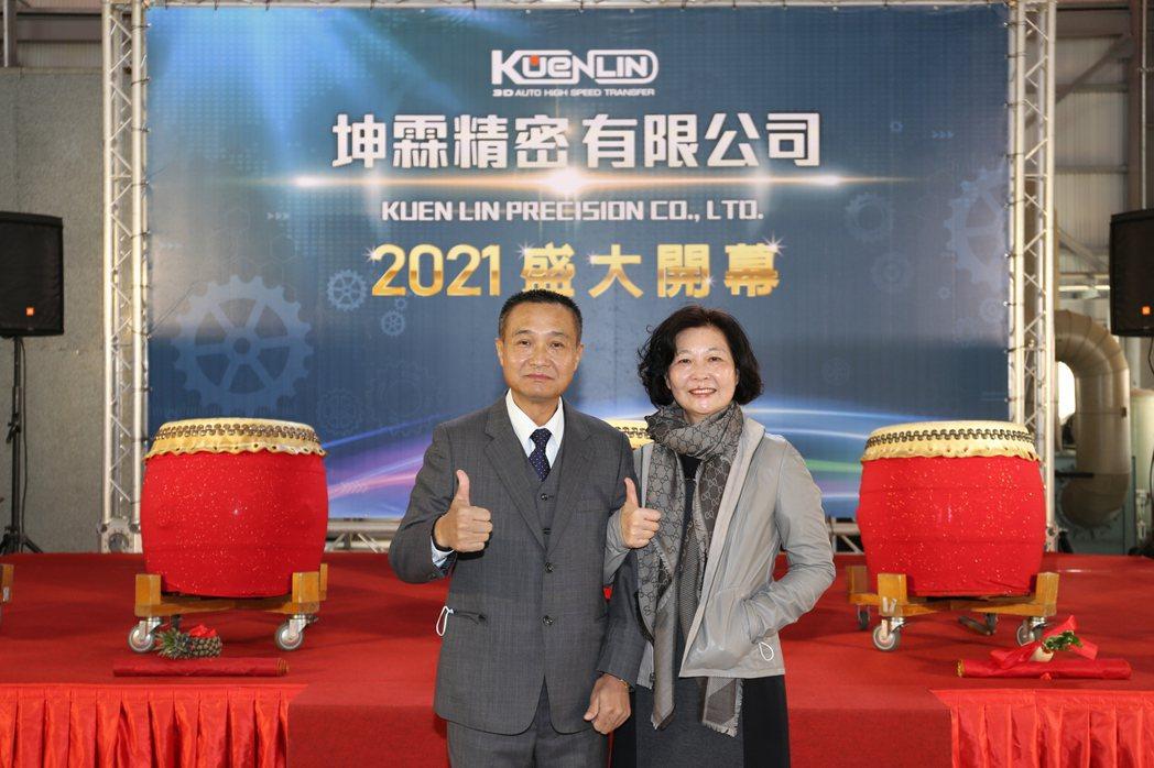 坤霖精密公司總經理紀明華(左)、王淑芬夫婦合影。 黃奇鐘/攝影