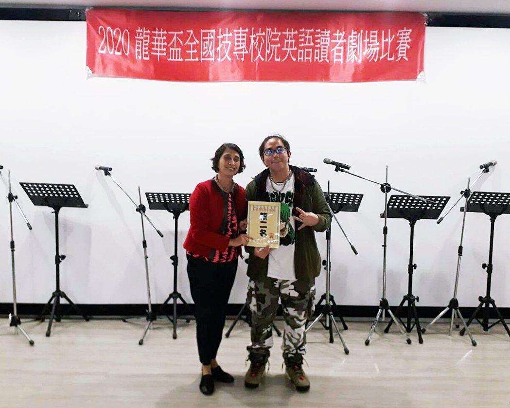 航機系呂恩宇同學(右)榮獲2020全國英語讀者劇場個人組第二名。 萬能科大/提供...