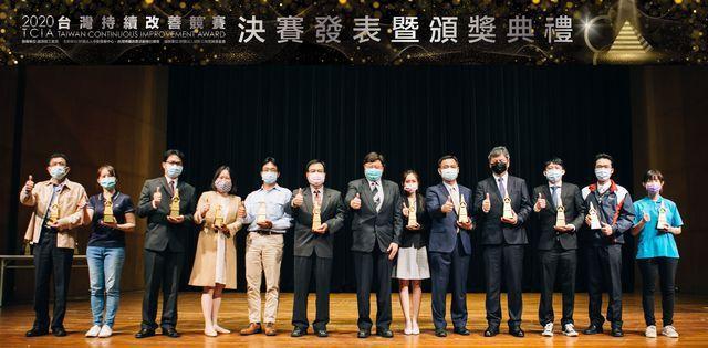 中衛中心總經理朱興華(中)與至善組金塔獎圈隊代表合照。 中衛/提供