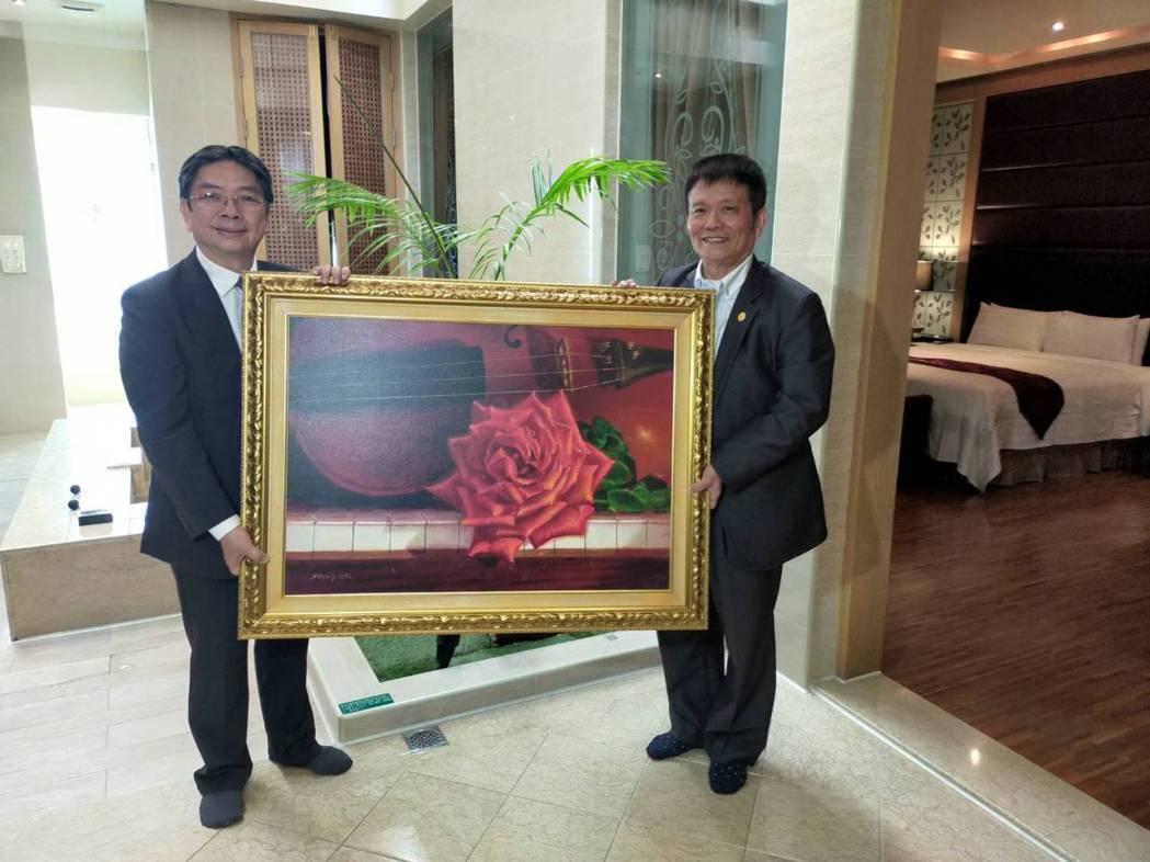 藝術家梁培政(左)其作品「琴瑟和鳴」獲彰化桂冠精品旅館董事長謝榮聰(右)收藏。 ...