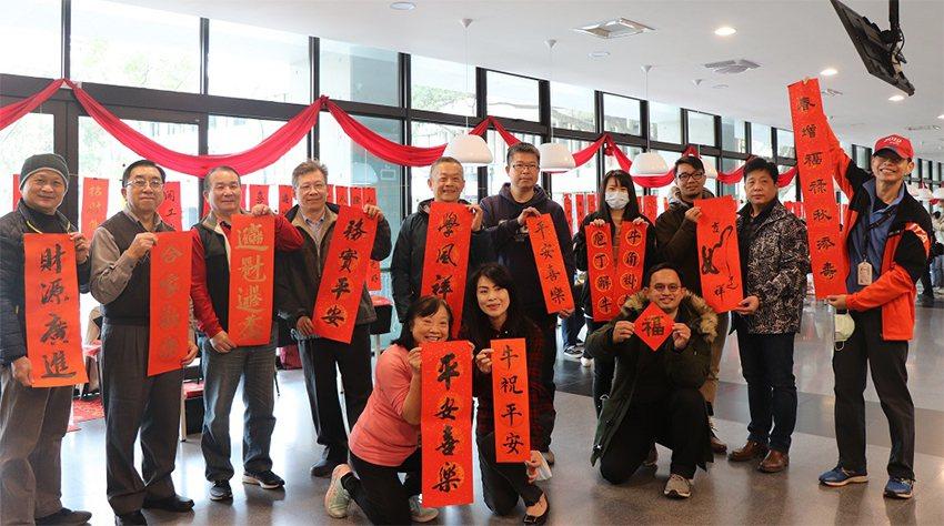 中原大學於1月18日舉行第13年「迎新贈春聯」特色活動。 中原大學/提供