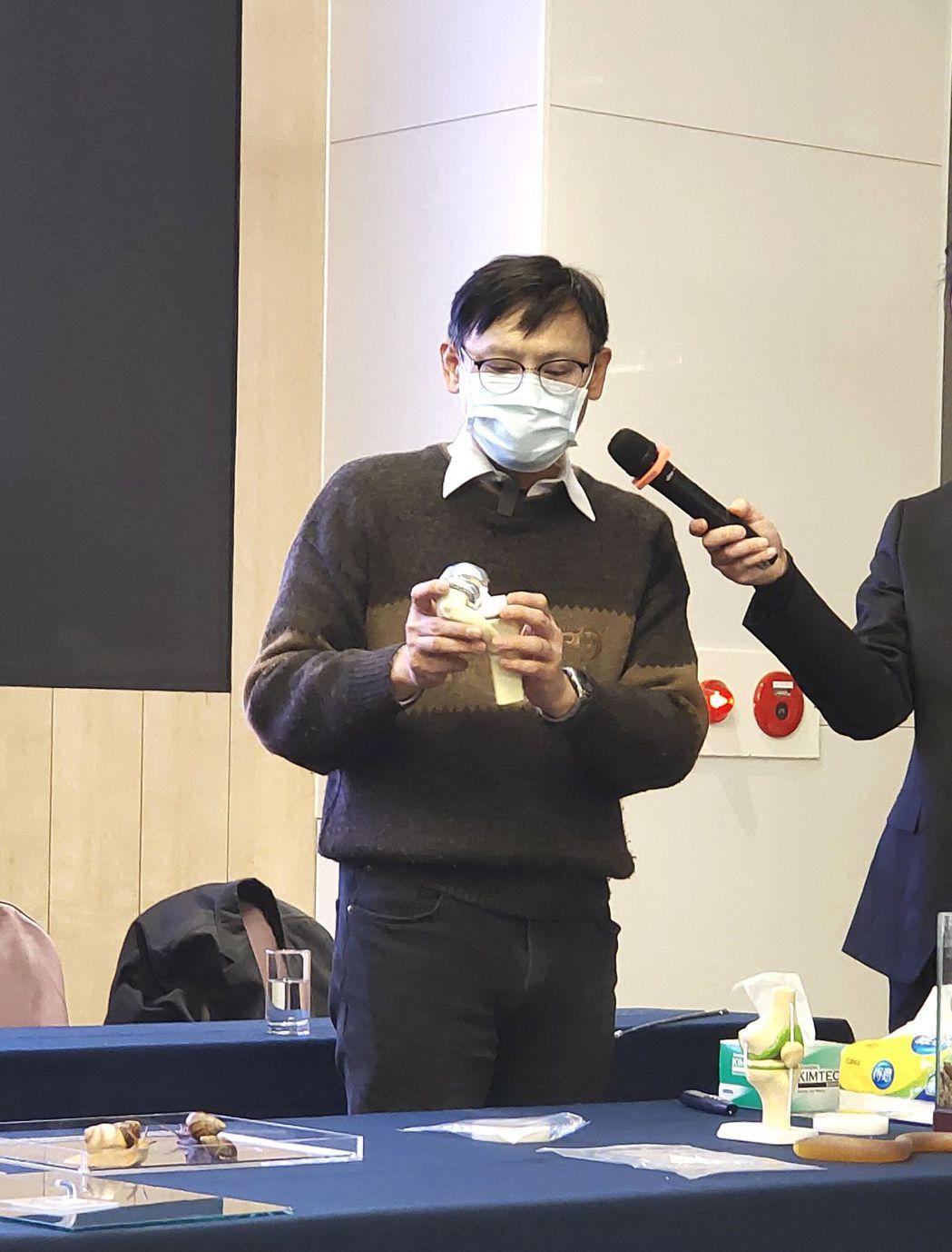 鍾宜璋教授介紹產品可運用在人工器官抗沾黏:可用於人工血管、人工臟器等的表面塗層,...