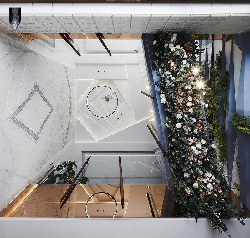 ▲挑空天花板刻鏤以造型,鑿切出宛如花瓣層疊的玫瑰蛋糕樣式,順勢延伸至一樓植生牆架,串連立面整體性。
