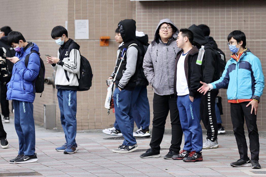 究竟天冷時中學以下學生可不可以在校服內外加便服,連日引發討論。昨放學時,不少高中...