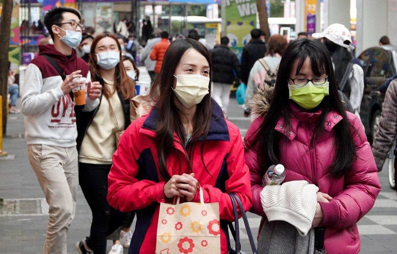 彩色口罩含偶氮染料被指恐致癌,昨官方與民間各自公布相關抽檢結果,均未發現含偶氮染料。記者余承翰/攝影