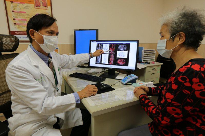 亞洲大學附屬醫院血液腫瘤科主任黃文豊指出,多發性骨髓瘤在疾病初期,通常不會有任何症狀,但當癌細胞向骨髓外延展時,病患通常會出現頭部、前胸、背部疼痛情形,且癌細胞持續蔓延時,可能會出現骨折、乏力、體重減輕和反覆感染。圖/亞洲大學附屬醫院提供