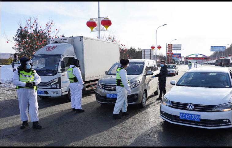 疫情轉趨嚴峻的吉林省通化市已展開人員移動控管,圖為18日防疫人員正在檢查出城車輛...