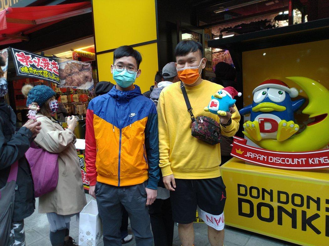 有民眾帶著賣場吉祥物一起來逛街打卡。記者黃仕揚/攝影
