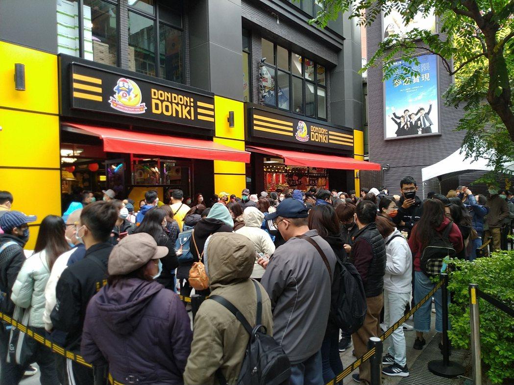 「DON DON DONKI西門店」今日正式開幕,一大早就聚集數百位民眾搶排進場...