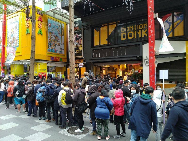 「DON DON DONKI西門店」今日正式開幕,一大早就聚集數百位民眾搶排進場。記者黃仕揚/攝影