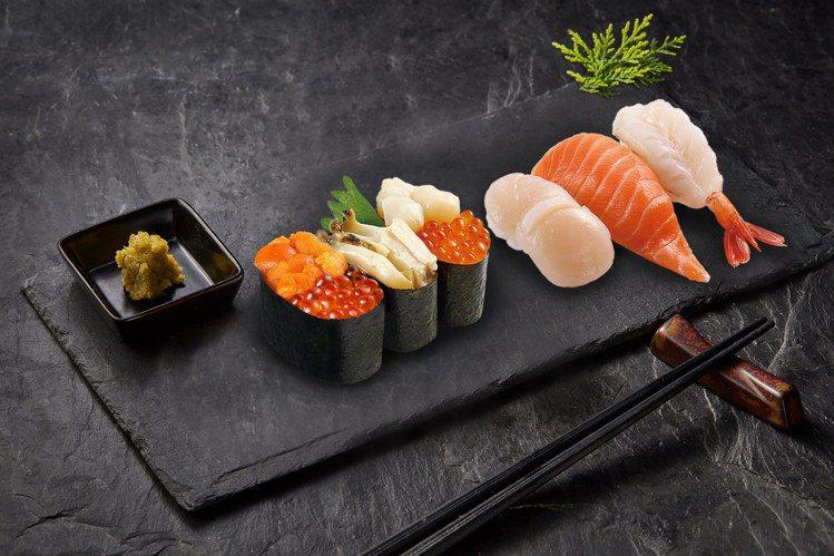 一次可品嚐到多種食材的「鮭魚卵鮑魚豪華三貫」、「豪華三鮮」。圖/藏壽司提供