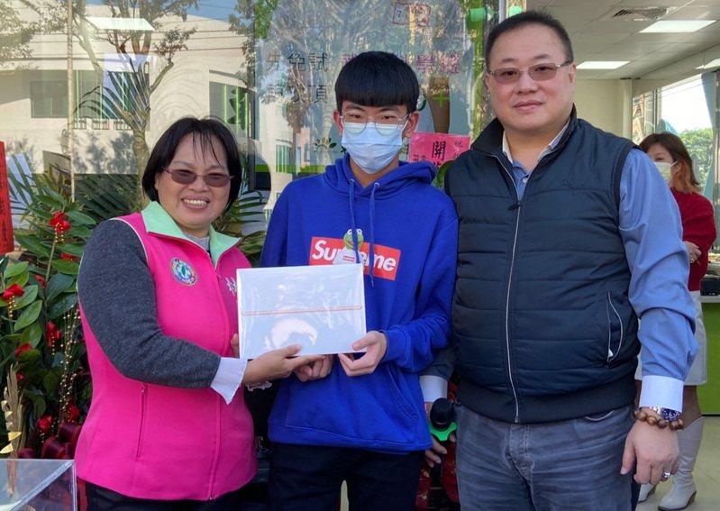 市議員林俐玲、朝陽富元教育董事長鄭一鳴頒獎。圖/朝陽富元教育提供