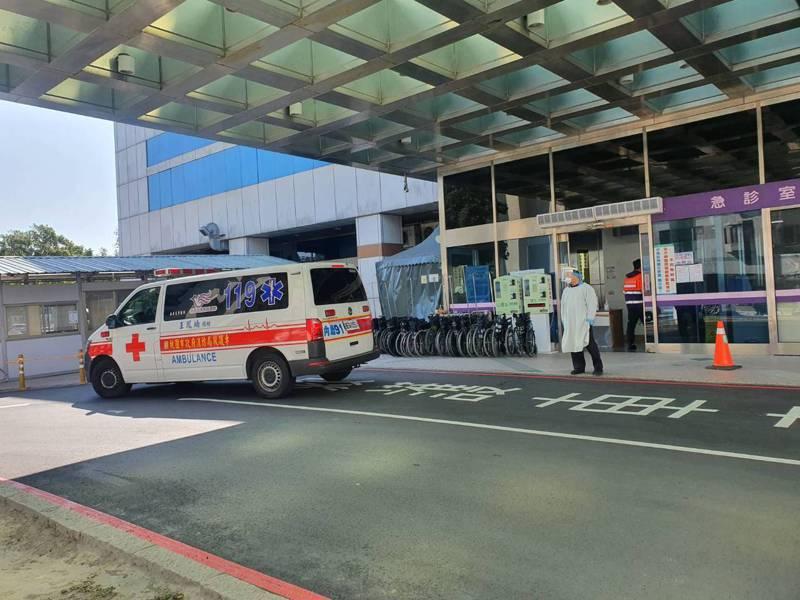 桃園醫院發生5名醫護染疫群聚,目前夜診停止、門診縮減。據了解,消防局今天又收到衛生局通知,將再度替院內約30名一般患者轉院。記者陳夢茹/攝影