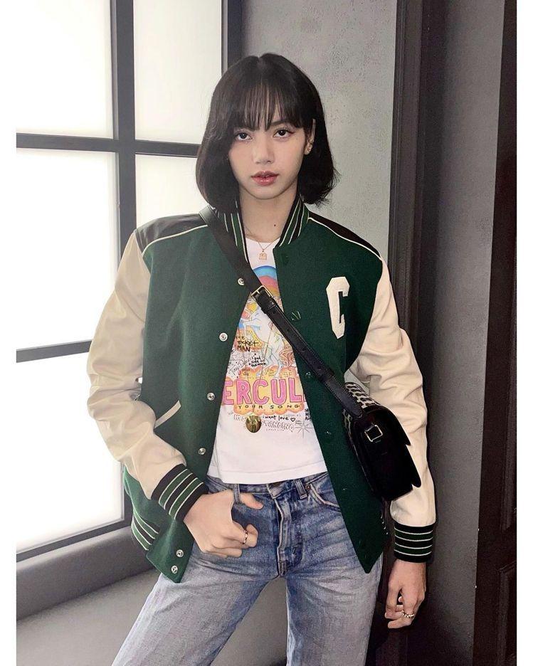 Lisa身穿夾克搭襯Triomphe Embroidery系列超帥氣。圖/取自I...
