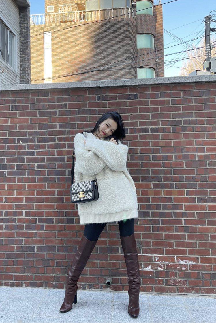韓團Red Velvet成員Joy演繹Triomphe Embroidery黑色...