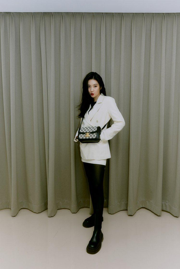 身為「腿精韓星」的善美詮釋Triomphe Embroidery黑色凱旋門經典花...