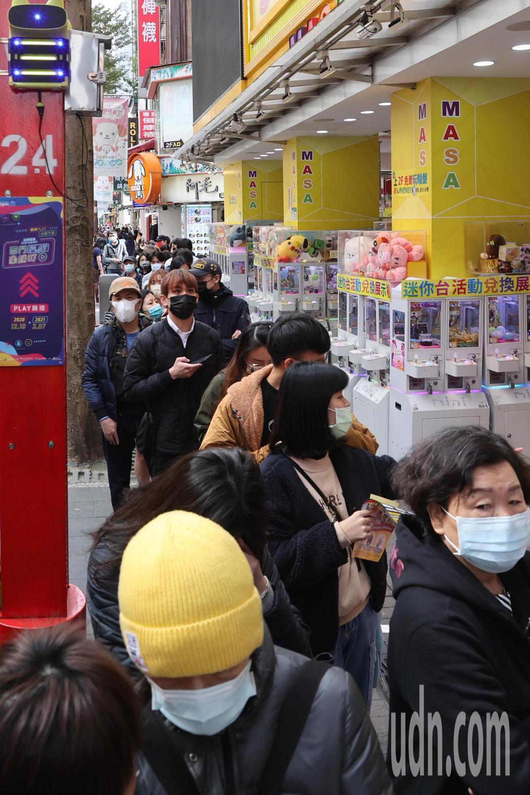 日本唐吉軻德「DON DON DONKI」今天正式開幕,一開店就吸引大批民眾排隊...