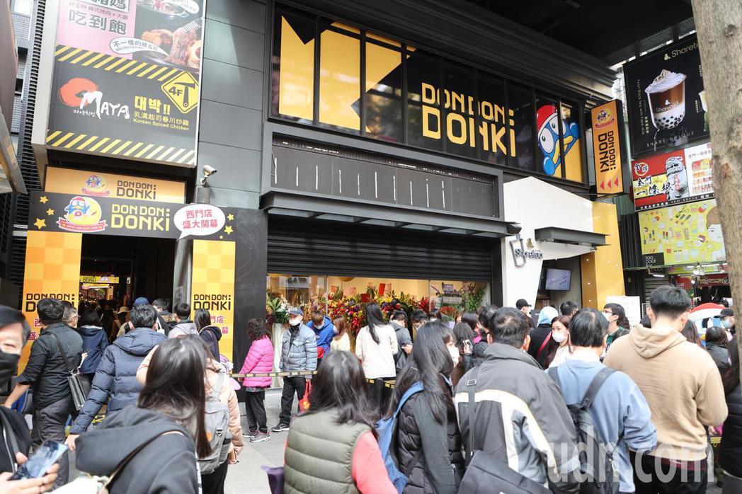 日本唐吉軻德「DON DON DONKI」今天正式開幕,西門町首店將24h營業,...