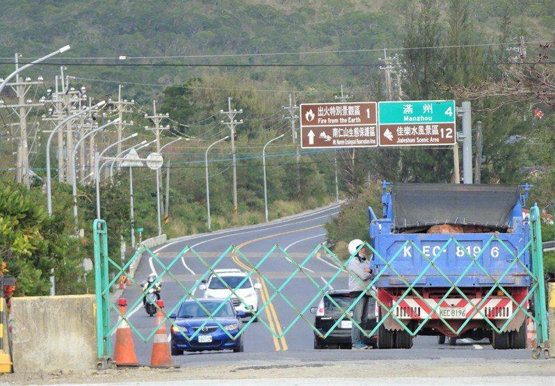 連接屏東縣恆春鎮和滿州鄉的屏200縣道,工程延宕的第一階段3.1公里拓寬,4條橋梁正進行收尾和道路鋪面等工程,定明年農曆年前通車。記者潘欣中/攝影