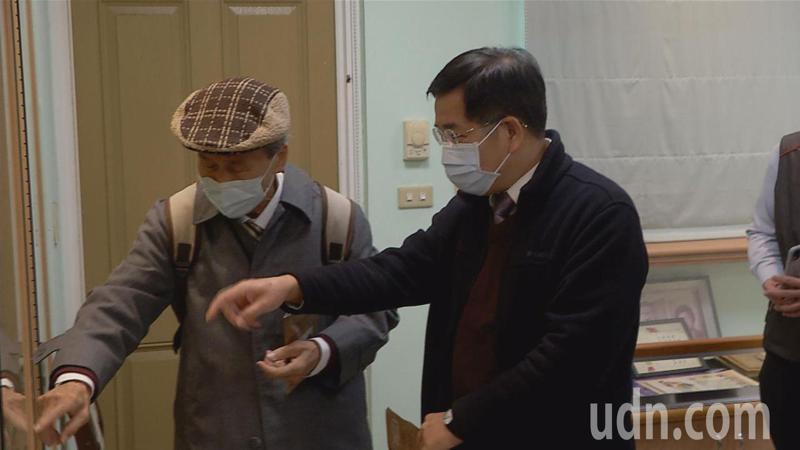 張良哲(左)為教育部長潘文忠導覽。記者周宗禎/攝影