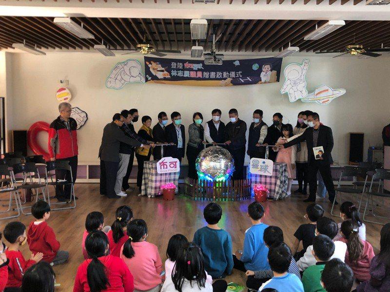 台南市議員林志展自費近20萬 為8小校學生買書。記者周宗禎/攝影