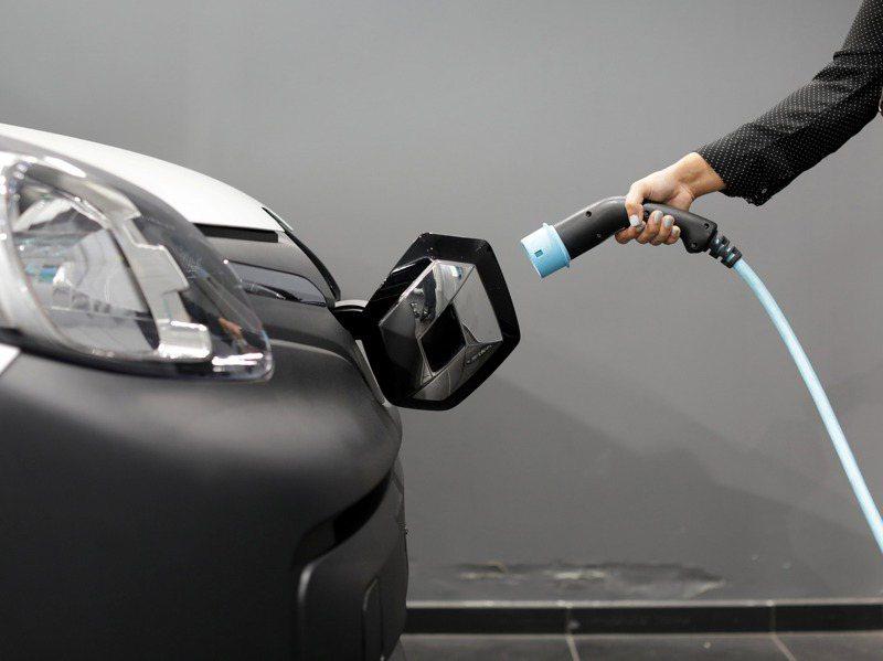 聯網汽車、電動車市場未來10年將強勁成長,法人表示,台廠在電池、電機和電控等三電系統已有立足點,可作為投資布局參考。圖為電動車示意圖。路透