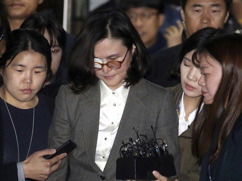 南韓前法務部長曹國的妻子鄭慶心因偽造女兒的實習紀錄、獎狀,遭判刑四年。美聯社