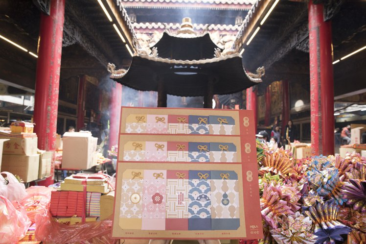 HOLA與大甲鎮瀾宮推出聯名紅包袋/1組5入450元。圖/HOLA提供