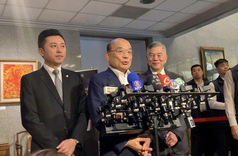行政院長蘇貞昌(中)拍板台灣燈會停辦,順勢為林智堅(左)找台階下。圖/聯合報系資料照片